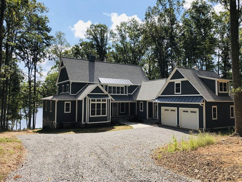 New Lakefront Lake Anna Home; Sleeps 19 in Beds; Two-Slip Boat Dock, location de vacances à Bumpass
