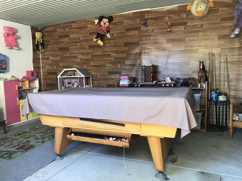 Table de billard dans les jeux et hangar à jouets.