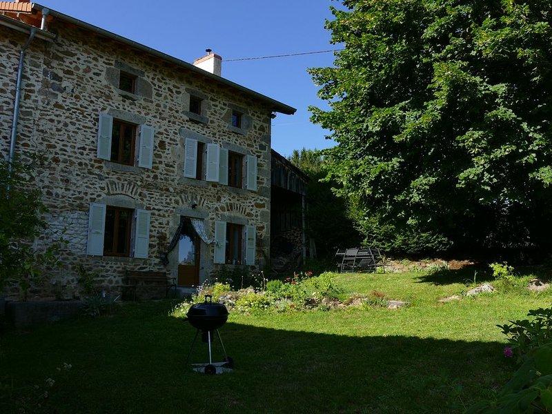 LE 46,situé au bord de la D265, sans voisinage,entouré de prés et de forêts, location de vacances à Saint-Bonnet-le-Chastel