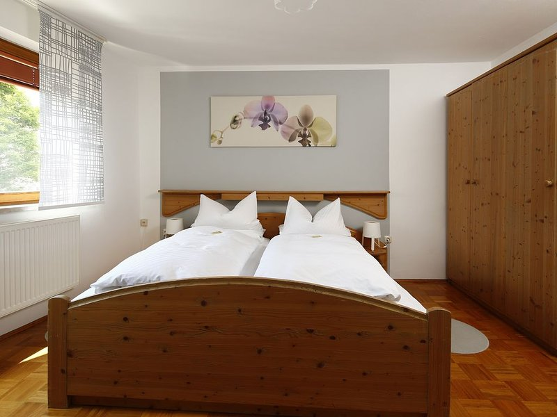 Gemütliche und helle Ferienwohnung, kostenfreies WLAN, viele Freizeitangebote, holiday rental in Arzberg