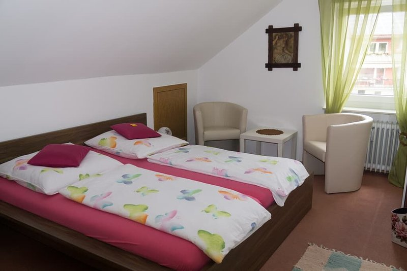 Helle Ferienwohnung (100m2) mit Garten & Sauna im Haus, vacation rental in Waffenbrunn
