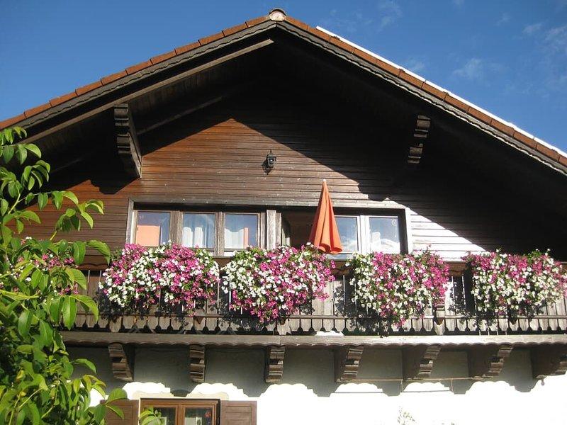 Fewo mit großem Garten mit zwei Terrassen, Liegewiese und Grillmöglichkeit, holiday rental in Treffelstein