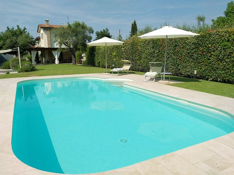 Villa con piscina privata tra mare e colline., vacation rental in Camaiore