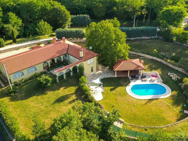 Wunderschöne private Villa, riesigen Garten, nur wenige Minuten vom Strand, location de vacances à Strmac