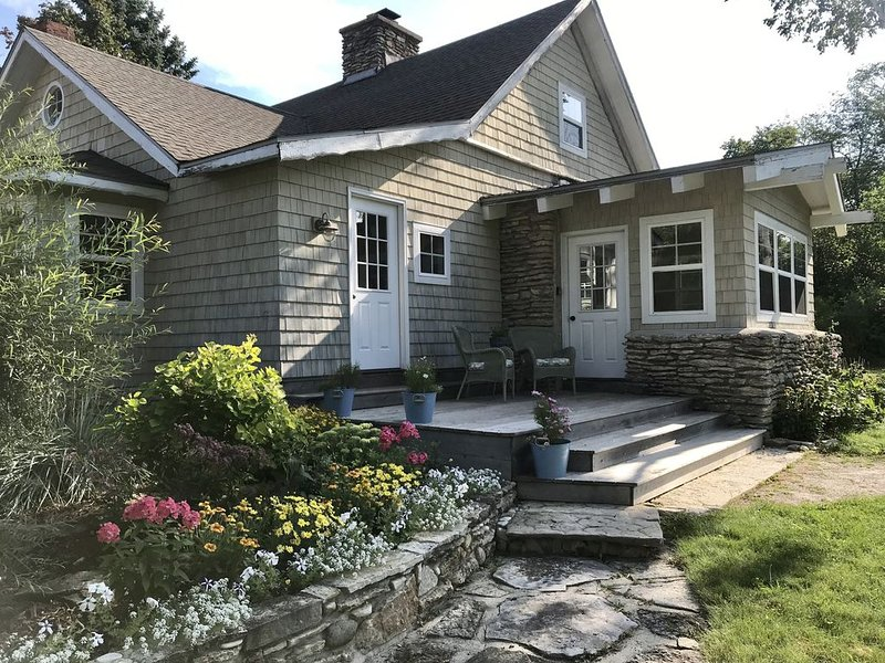 Charming and Historic 3 Bedroom  Log Home, location de vacances à Door County