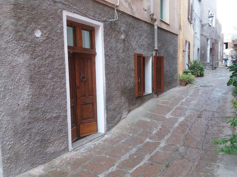 Appartamento situato nel meraviglioso cen.stor. di Castelsardo a 2passi dal mare, location de vacances à Multeddu