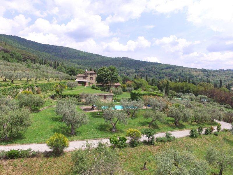 Vista aérea de la casa, propiedad y piscina.
