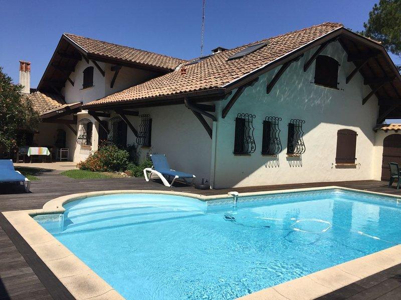 Villa avec piscine chauffée, entre ville et plage surveillée, aluguéis de temporada em Saint Andre de Seignanx