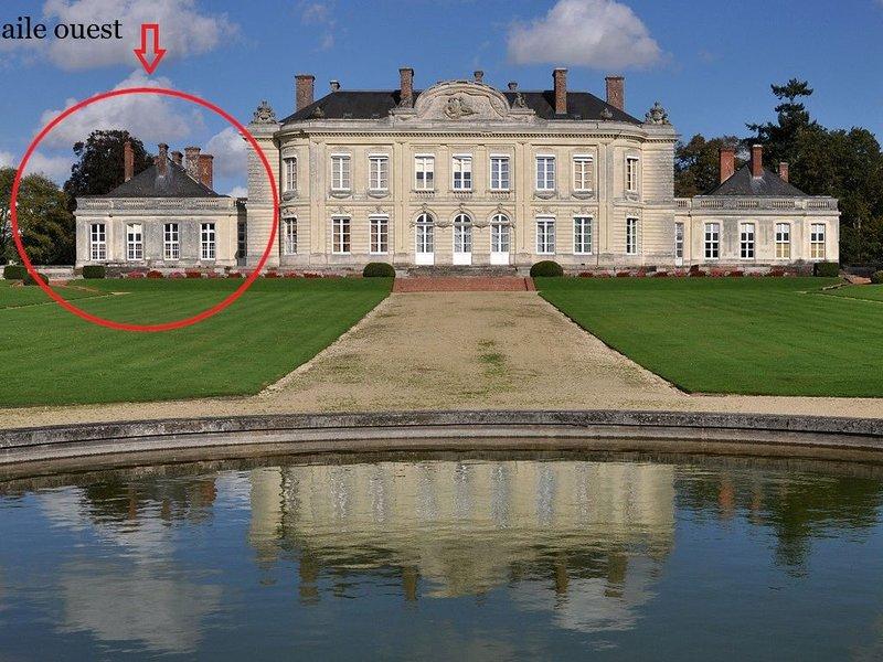 Gîte d'exception dans château XVIIIe, 15 personnes, piscine, tennis, parc arboré, holiday rental in Martigne-Ferchaud