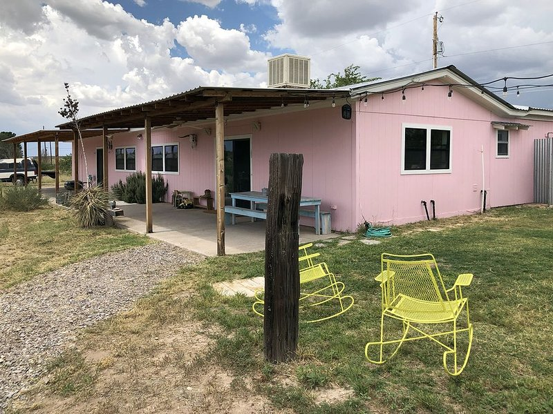 Private eight-acre ranchette in rustic setting at the north-western edge of town, aluguéis de temporada em Marfa