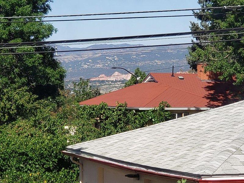 La vue du jardin des dieux depuis la fenêtre de la cuisine.