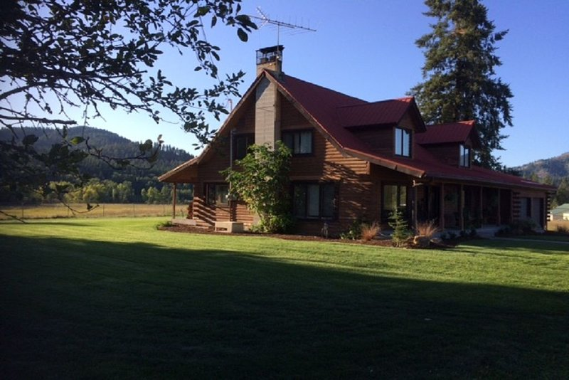 Log Home Getaway Sourrounded by meadows & Mountains, aluguéis de temporada em Elk