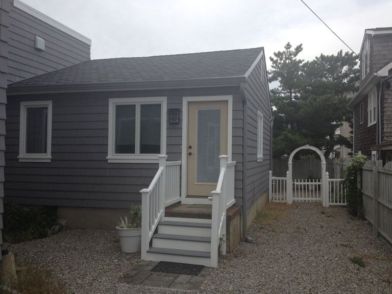 Rear house with a private backyard, outdoor shower and right near the beach!, holiday rental in Lavallette