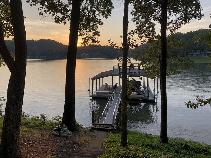 Cute cottage on Lake Lanier with dock and screened porch. NEW to rental market., holiday rental in Dawsonville