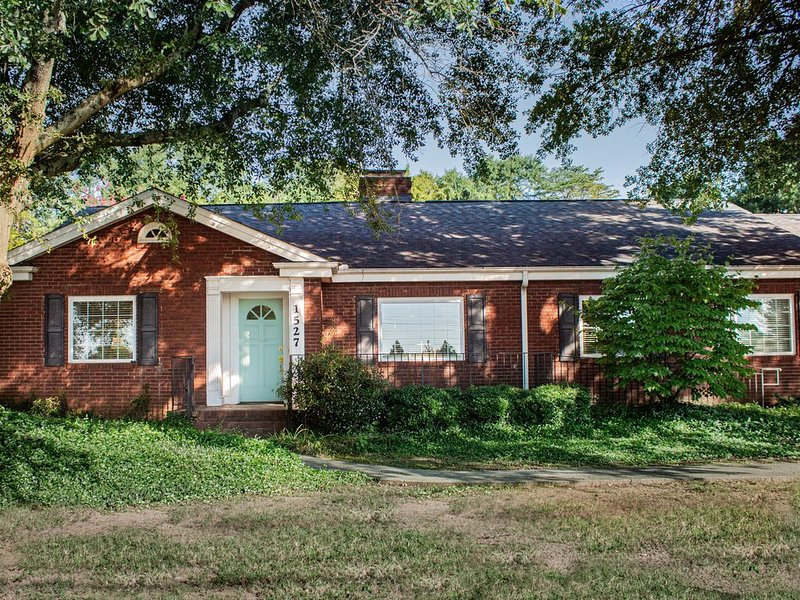 The BLVD:  Sanitized and  special air filter. Just 2  miles to Downtown., holiday rental in Greer