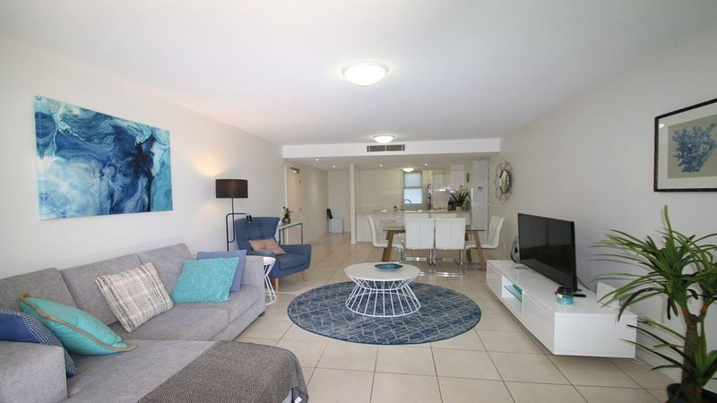 BEACHSIDE UNIT WITH A TOUCH OF LUXURY, vacation rental in Moreton Bay Region