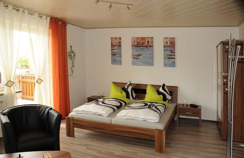 Gemütliches Feriendomizil (45qm) mit Sonnenterrasse und Parkmöglichkeit, vacation rental in Ebern