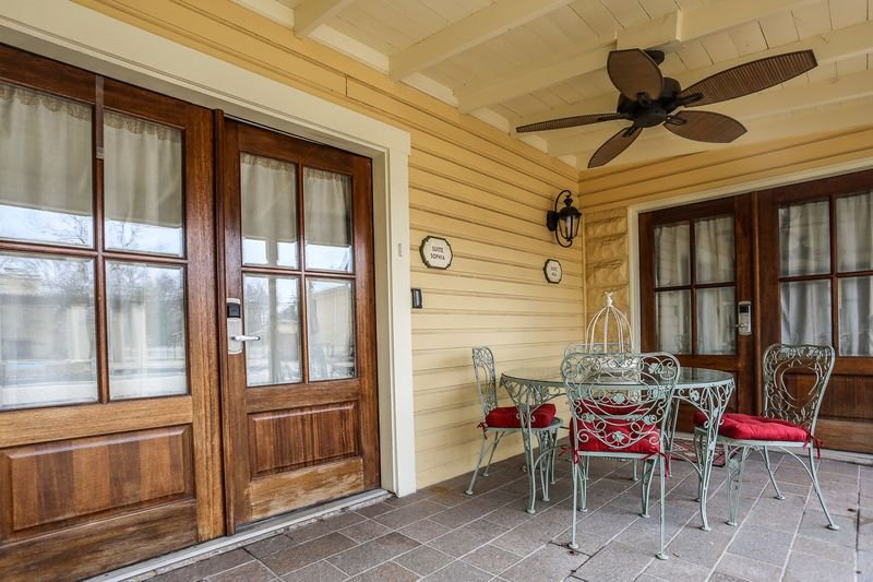 Victorian Mansion Suite Sophia | King Bed | In Town | Shared Hot Tub/Pool, vacation rental in Fredericksburg