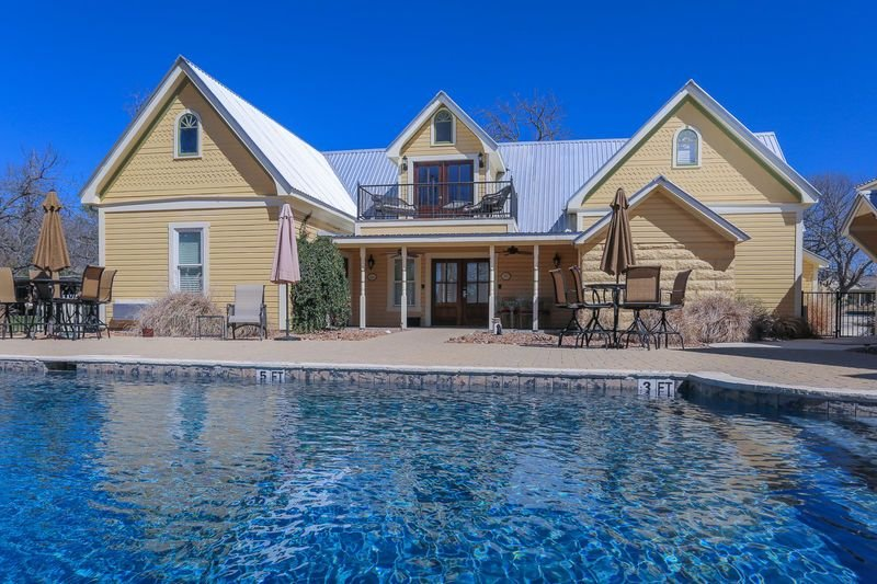 Victorian Mansion Suite Eugenie | King Bed | In Town | Shared Hot Tub/Pool, vacation rental in Fredericksburg
