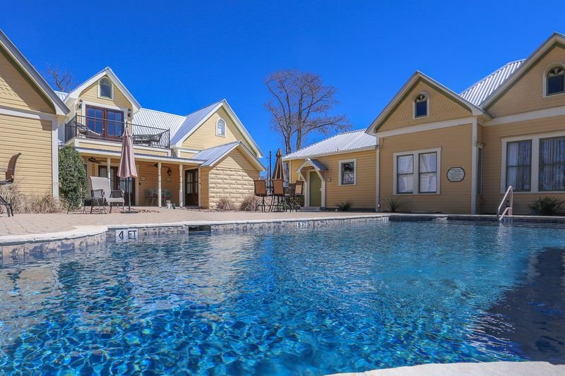 Victorian Mansion Kings Overlook | King Bed | In Town | Shared Hot Tub/Pool, vacation rental in Fredericksburg
