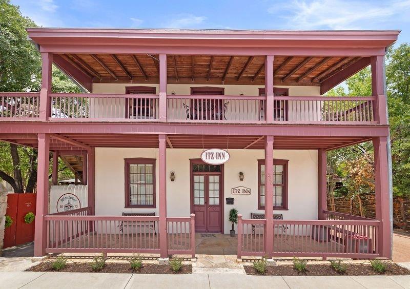 Itz Inn Back Courtyard Suite | Sleeps 4 | Next to Hondo's On Main Street, vacation rental in Fredericksburg