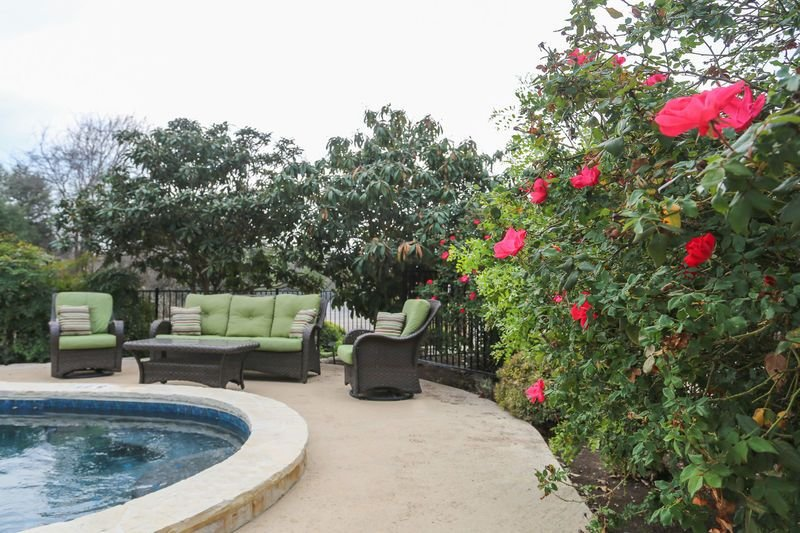 Downtown Retreat Sweet Romance | Walk to Main | Shared Hot Tub and Pool, vacation rental in Fredericksburg