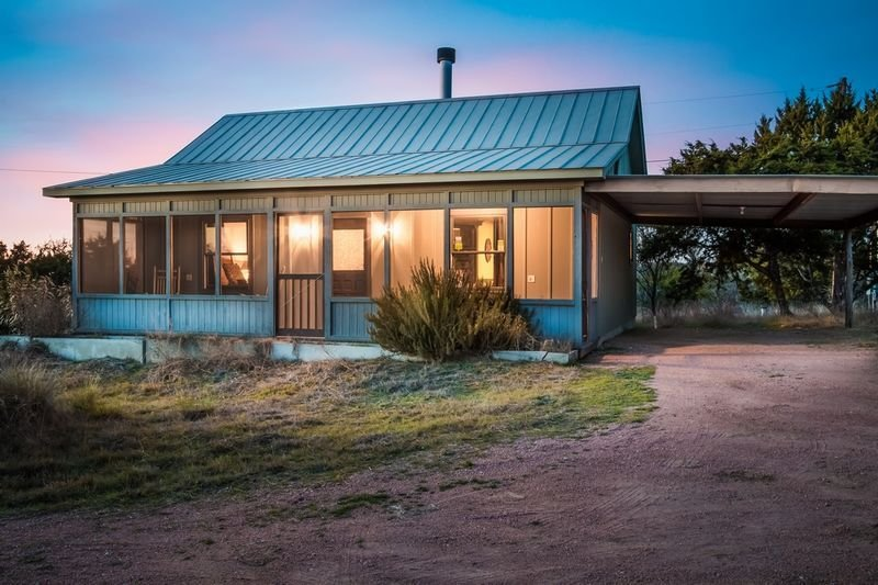 Honey Hill Forget Me Not Cabin | Hot Tub | Full Kitchen | Close to town, holiday rental in Harper