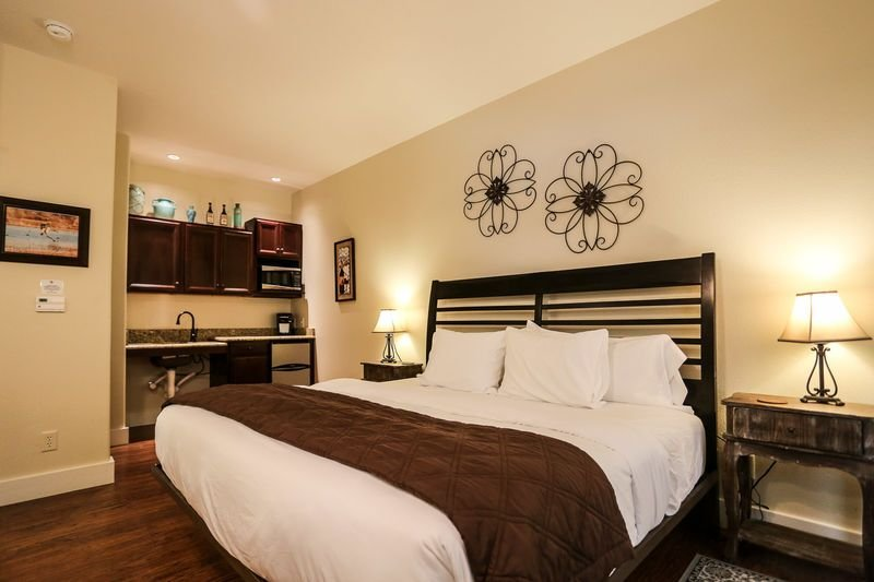 Main Street Retreat Journeys End | King Bed | In Town | Shared Hot Tub/Pool Acce, vacation rental in Fredericksburg