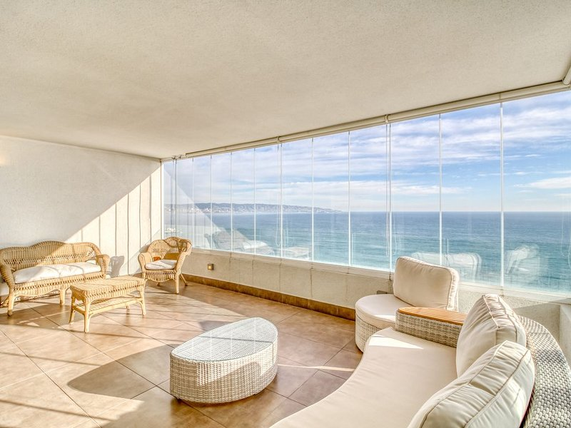 Oceanfront apartment w/amazing views, shared pool, sauna, near sand dunes, alquiler de vacaciones en región de Valparaiso