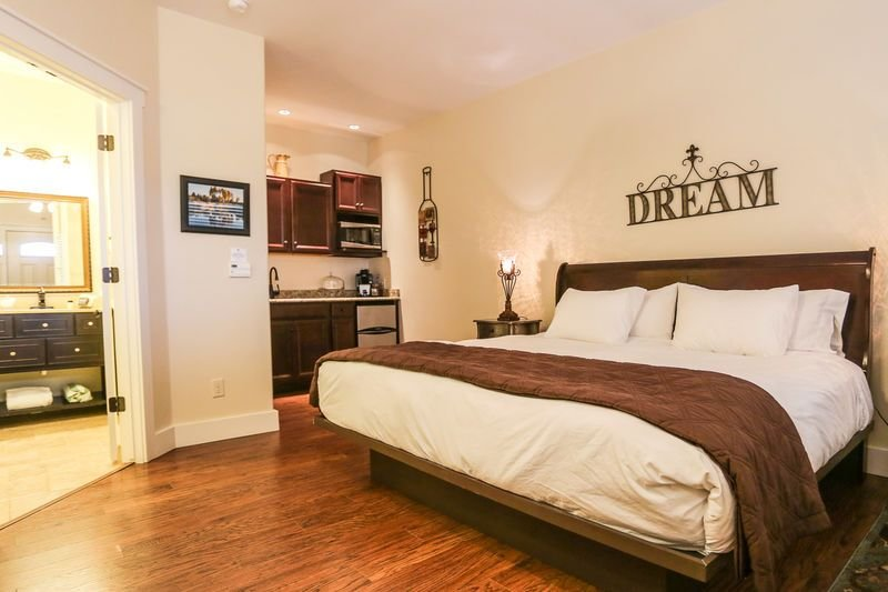 Main Street Retreat Peace and Quiet | King Bed | Shared Hot Tub/Pool Access, vacation rental in Fredericksburg
