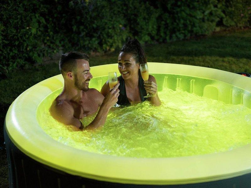Cosy romantic cottage, hot tub, breakfast hamper, 4-Poster bed, Alexa smart home, casa vacanza a Cresselly