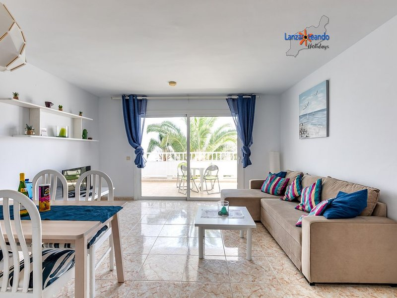 Rose 1st floor apt with wifi in complex w/pool in Costa Teguise, alquiler de vacaciones en Costa Teguise
