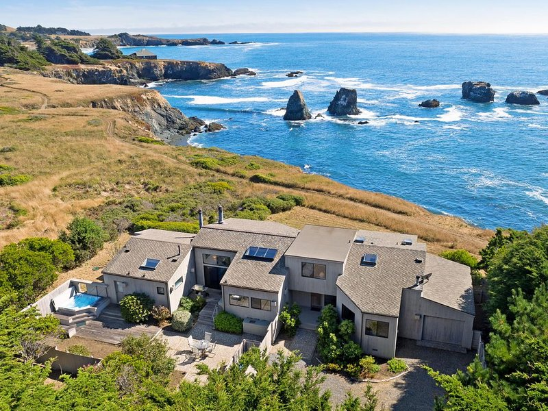 Gorgeous oceanfront house w/private hot tub, shared tennis, pool, sauna & more!, alquiler de vacaciones en The Sea Ranch