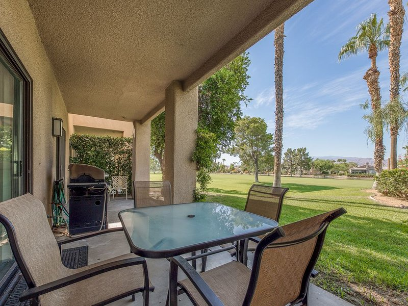 Cozy condo overlooking the golf course w/ a shared pool & spa, holiday rental in Cathedral City