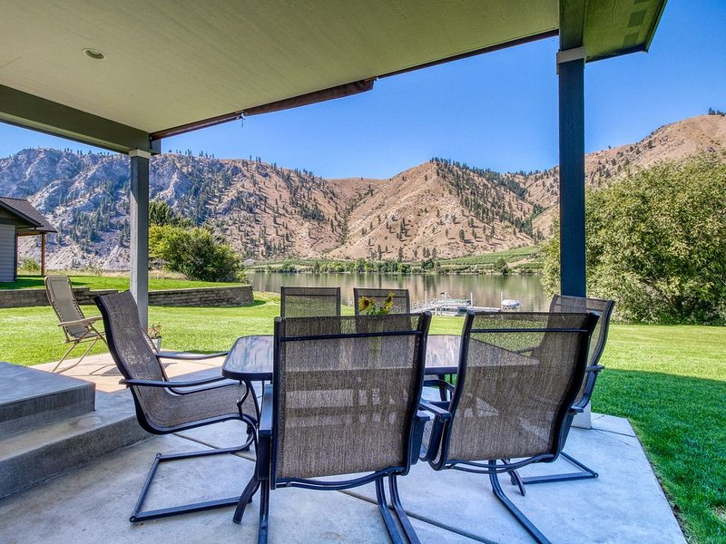 Dog-friendly, riverfront home w/ shared dock for boat moorage, holiday rental in Entiat