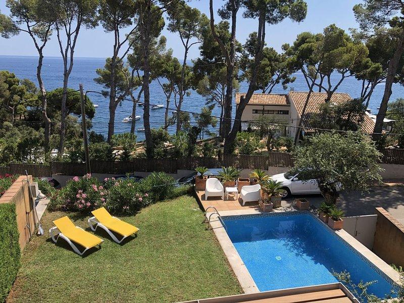 Villa moderna con piscina y jardín privado, 1º linea de mar, vacation rental in Calella de Palafrugell