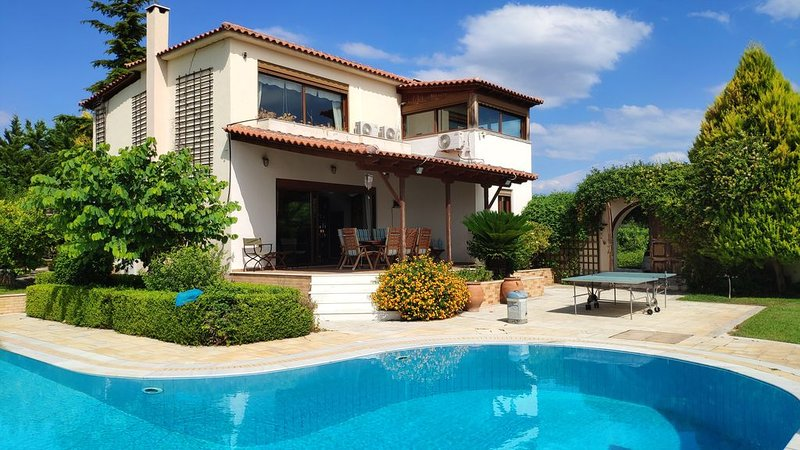 Luxurious Villa, 5 bedrooms, huge pool, sauna, amazing views, holiday rental in Galatas