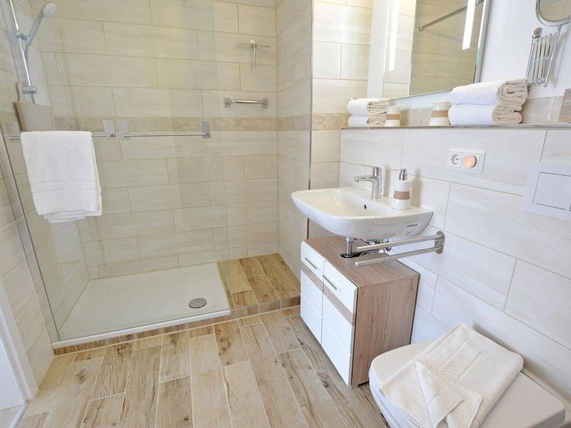 Modernes, ruhiges 2-Zimmer-Komfort-Appartement - Balkon, WLAN, TV, innenstadtnah, Ferienwohnung in Grolsheim