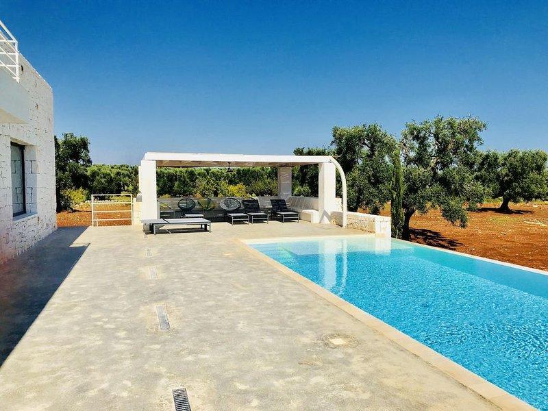Neue, schöne und moderne Villa mit Pool und Meerblick, nahe Ostuni, aluguéis de temporada em Carovigno
