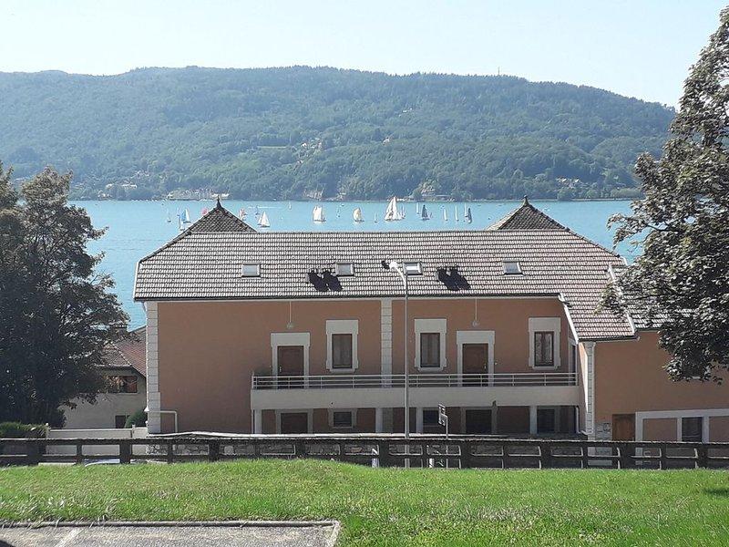 Rive est soleil couchant lac Annecy vue panoramique & grand parking, holiday rental in Veyrier-Du-Lac