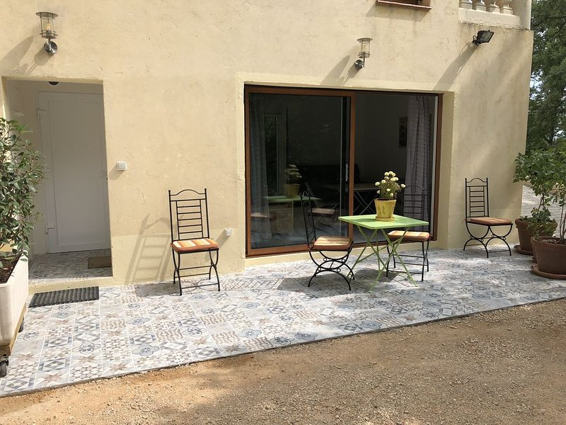 Studio avec terrasse au calme, holiday rental in Coursegoules