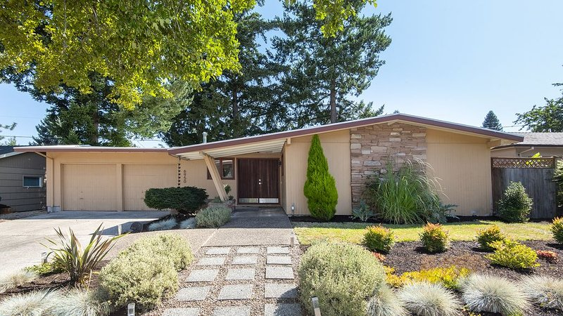 Swank Mid-Century Modern in Portland area, holiday rental in Tigard