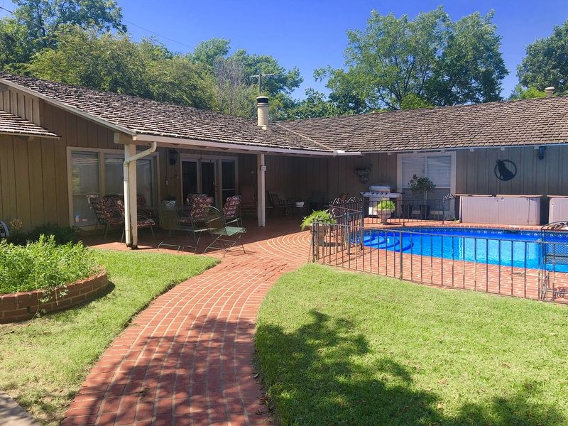 Stunning Poolside Guest House - Historic Morningside, holiday rental in Wichita Falls