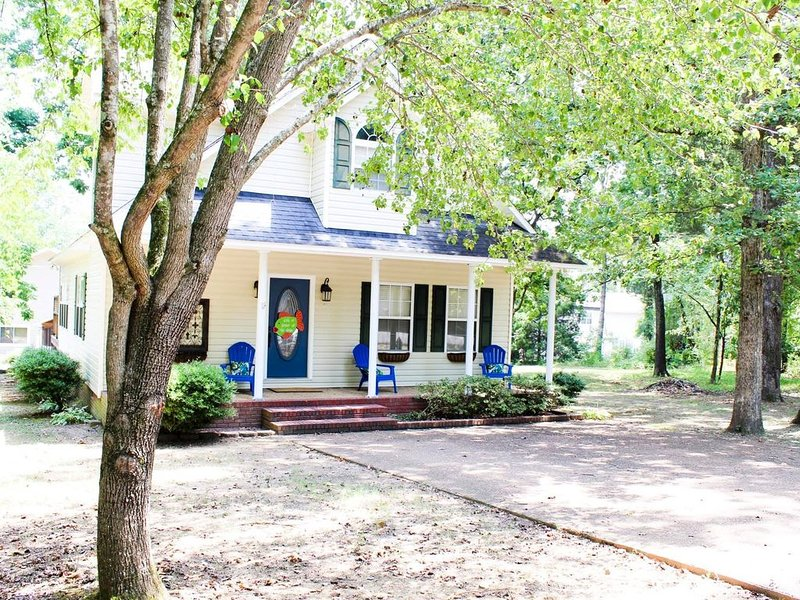 Rusty's Cottage is a 3 bedroom 2 1/2 bath cottage located in Riverbend Marina!, holiday rental in Guntersville