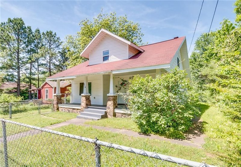 Location, Location, Location! Pet-friendly! Sleeps 6! Near the Square and UoAR!, vakantiewoning in Fayetteville