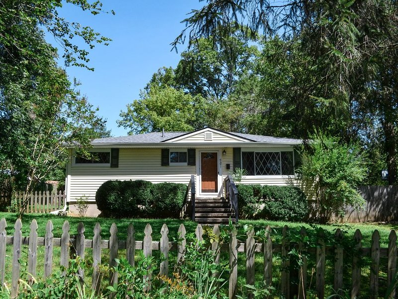 Cozy Cottage only steps away from Downtown Brevard!, holiday rental in Brevard