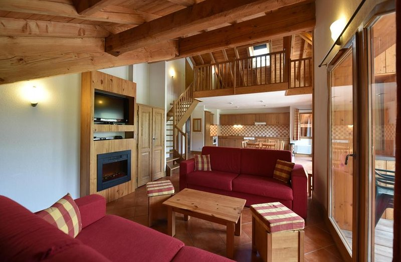 Wifi, pied des pistes de ski, remise en forme, piscine, terrasse, balcon, télévi, holiday rental in Cesana Torinese