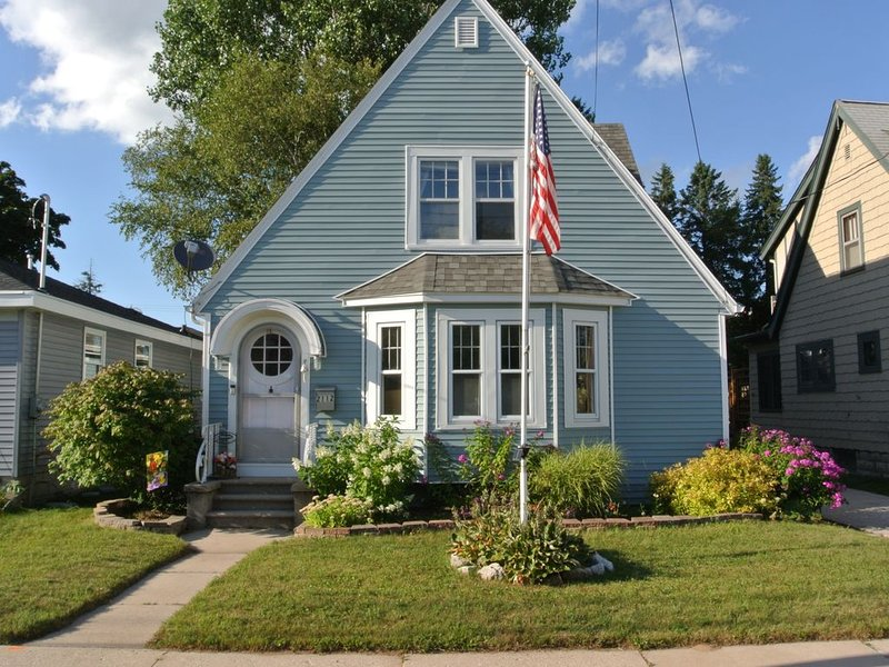 Cozy 2 Bedroom 1 Bath Cape Cod in Two Rivers, Near Lake Michigan and The Beach, vacation rental in Two Rivers