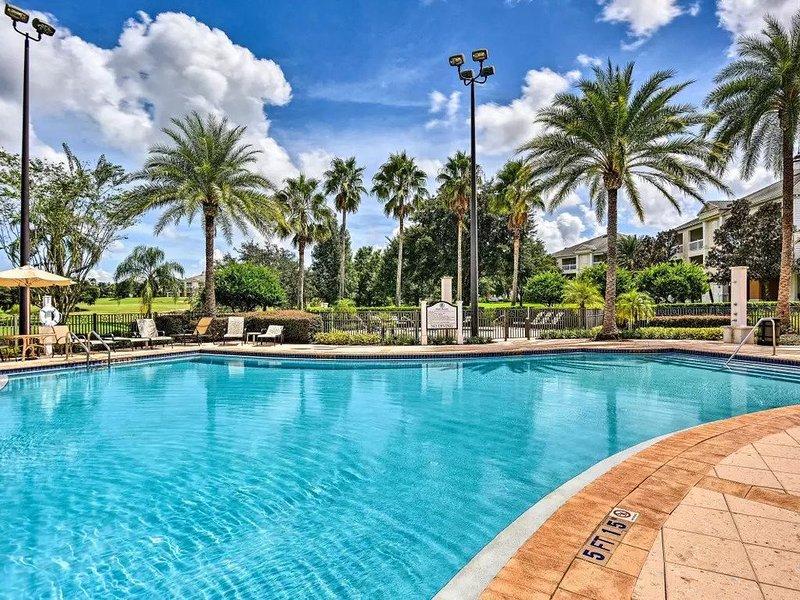 Chic Disney Condo w/ Balcony & Resort Pool Access!, alquiler de vacaciones en Loughman