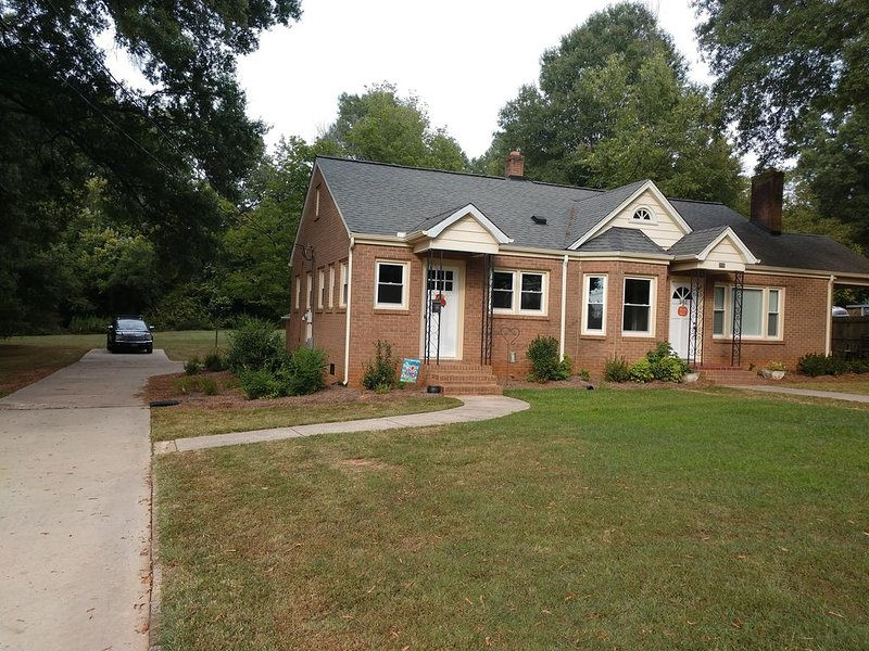 Completely renovated single family home with new furnishings., vacation rental in Mooresville